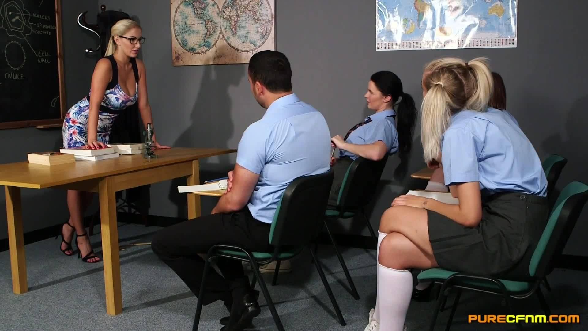 На уроке анатомии человека, учительница решила показать своим ученицам мастер класс в сексе трахнув своего студента