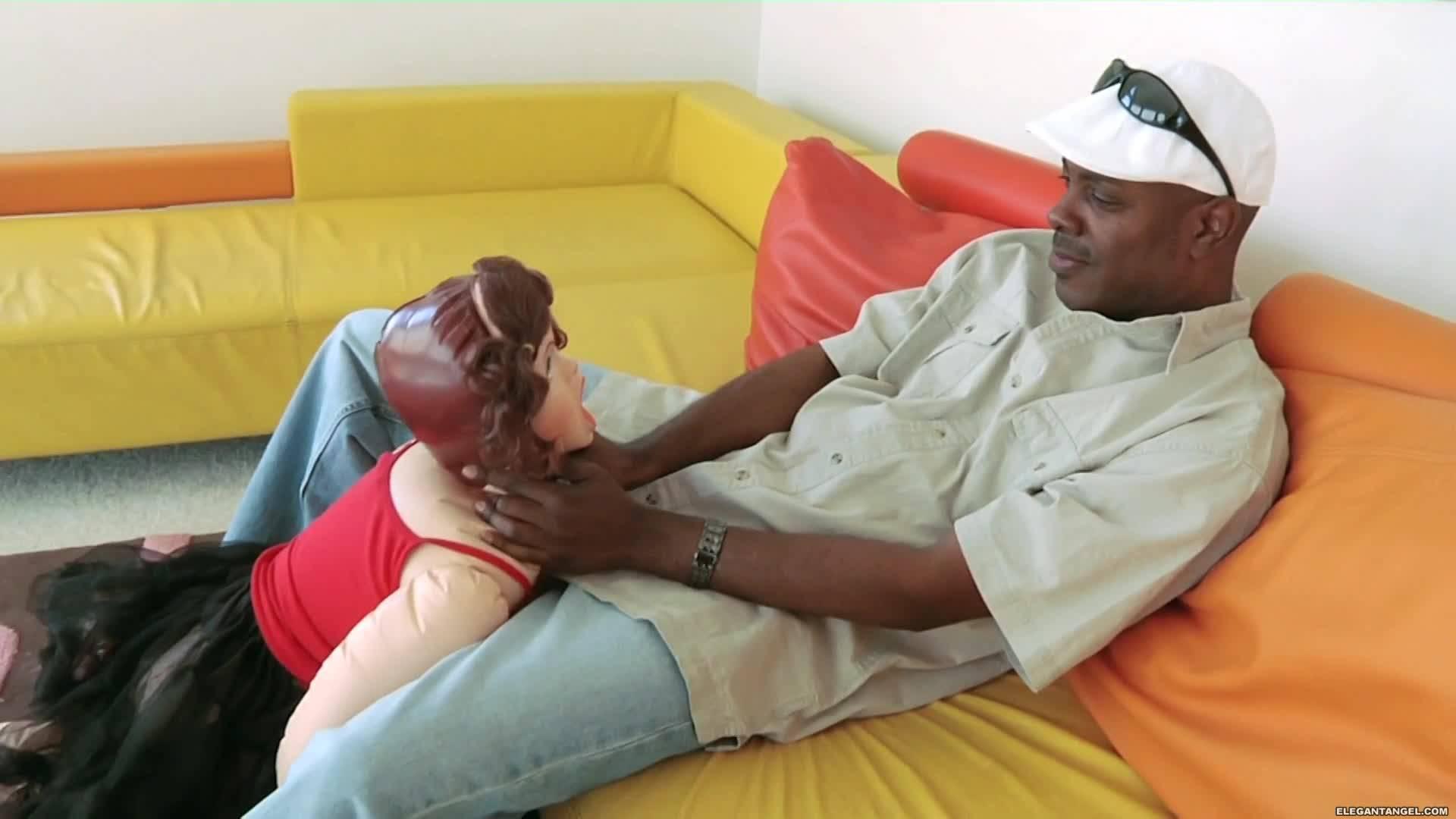 Резиновая кукла превратилась в сексуальную молодуху, которая трахается в жопу