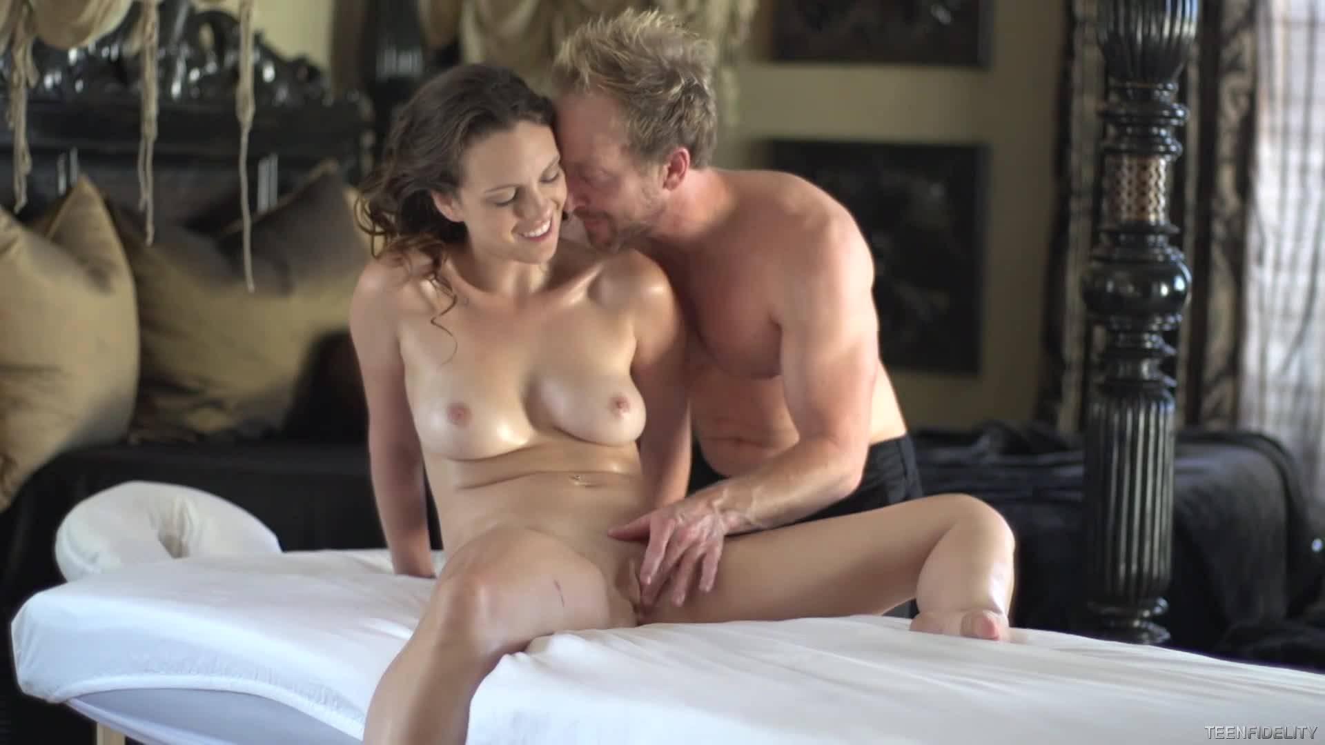 Молоденькая сучка пришла на сеанс эротического массажа