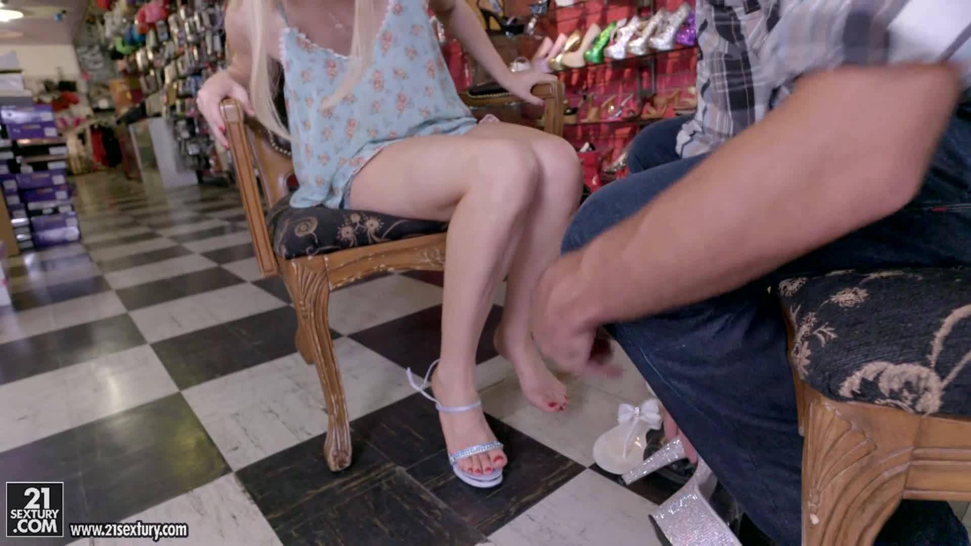 Парочка настолько похотлива, что трахается даже в магазине обуви