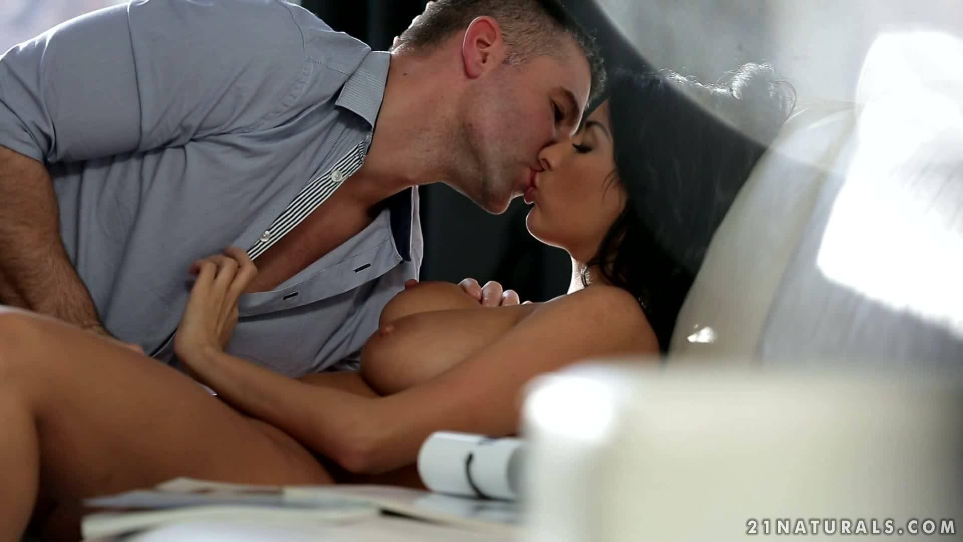 Анисса Кейт удовлетворила мужика и насладилась спермой