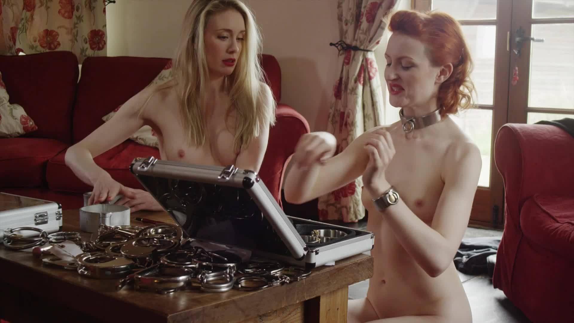 Две голые подружки лесбиянки играют дома наедине