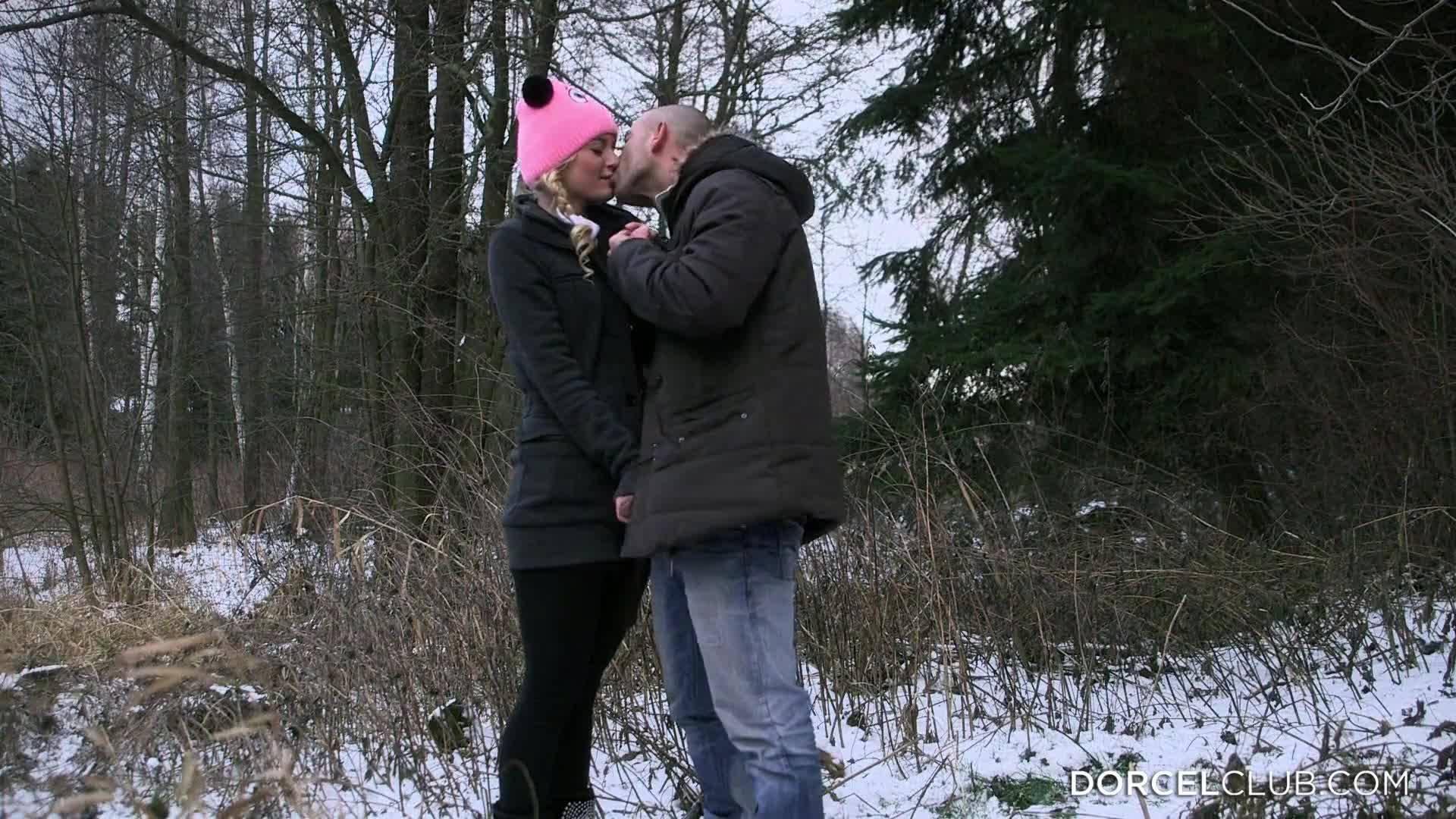 Кроткая блондинка смущенно сосет член в холодном лесу