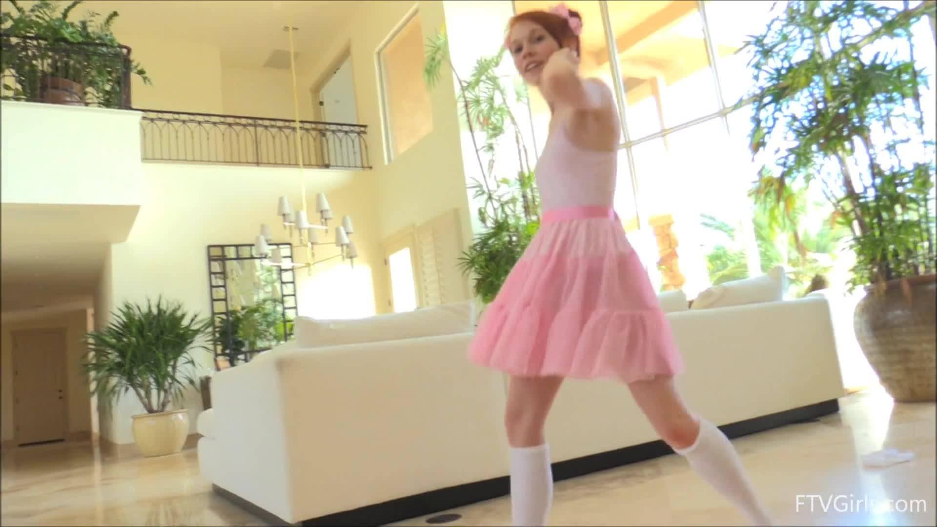 Балерина засунула в вагину жестяную банку