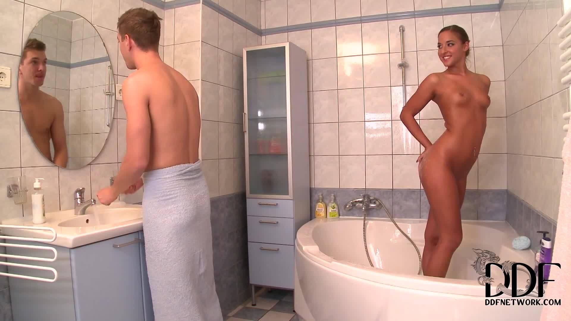 Шлюха принимает хуй в задницу ванной комнаты