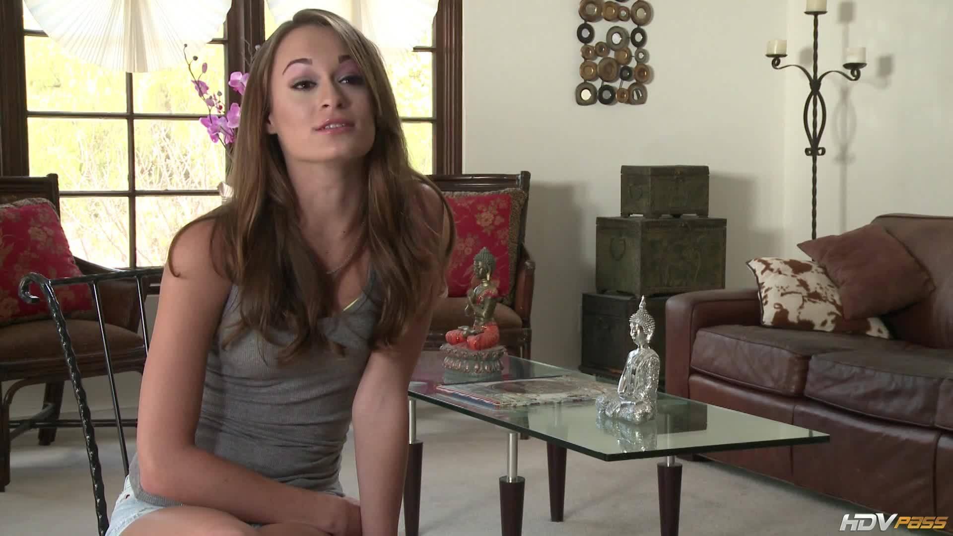 Парень трахает на диване красотку в разных позах, кончает ей в рот