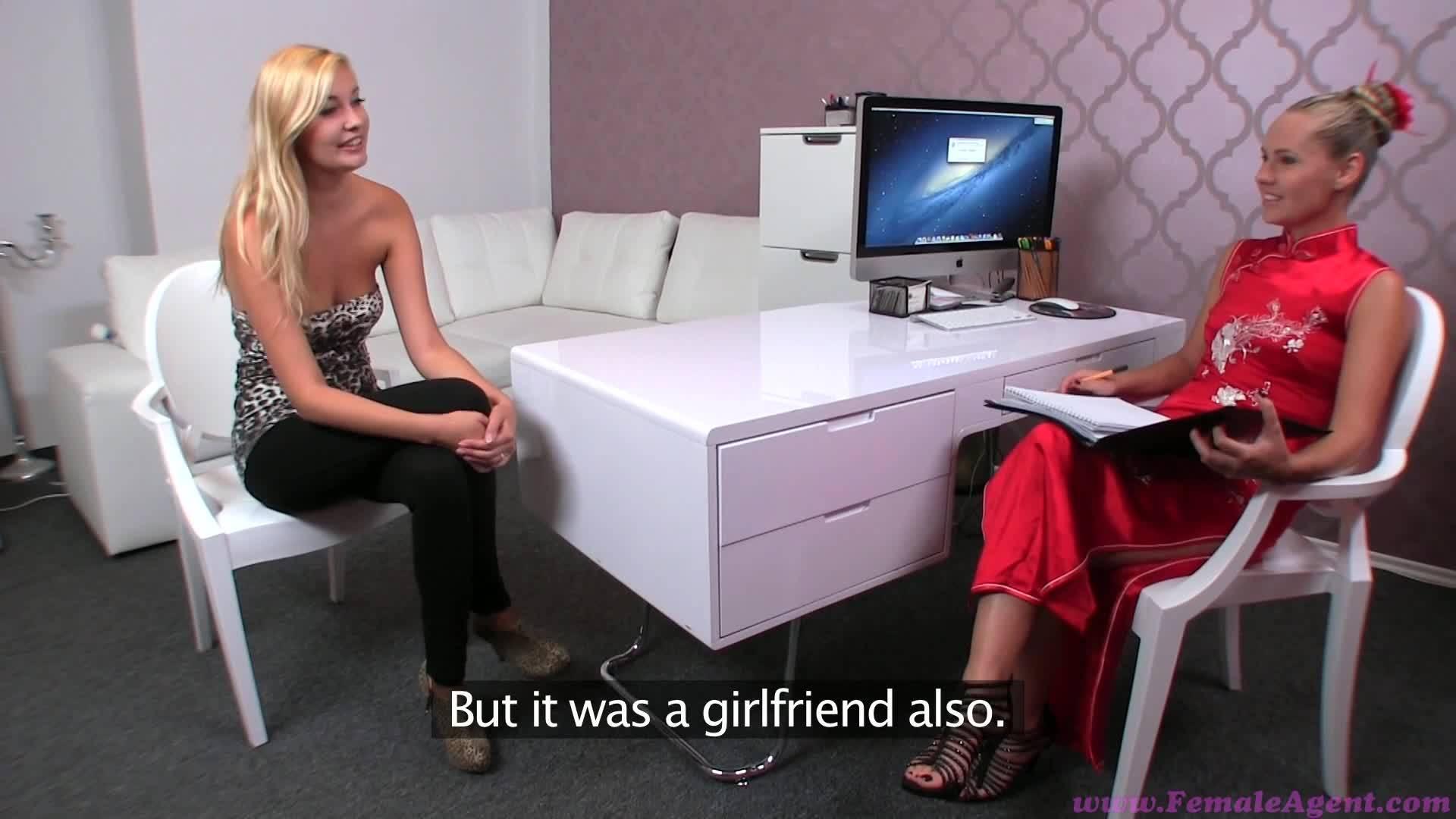 Блондинку довела до оргазма подруга с вибратором