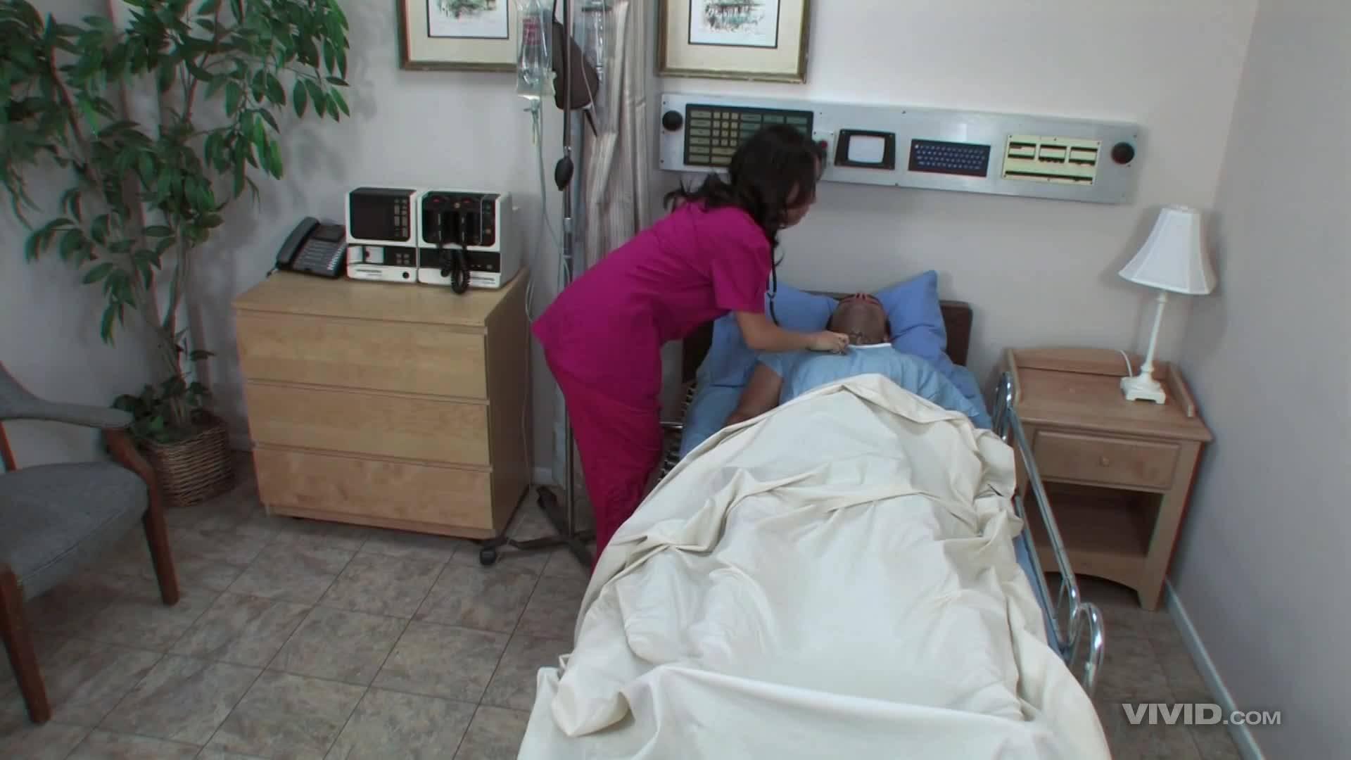 Восточная медсестричка забралась в койку пациента