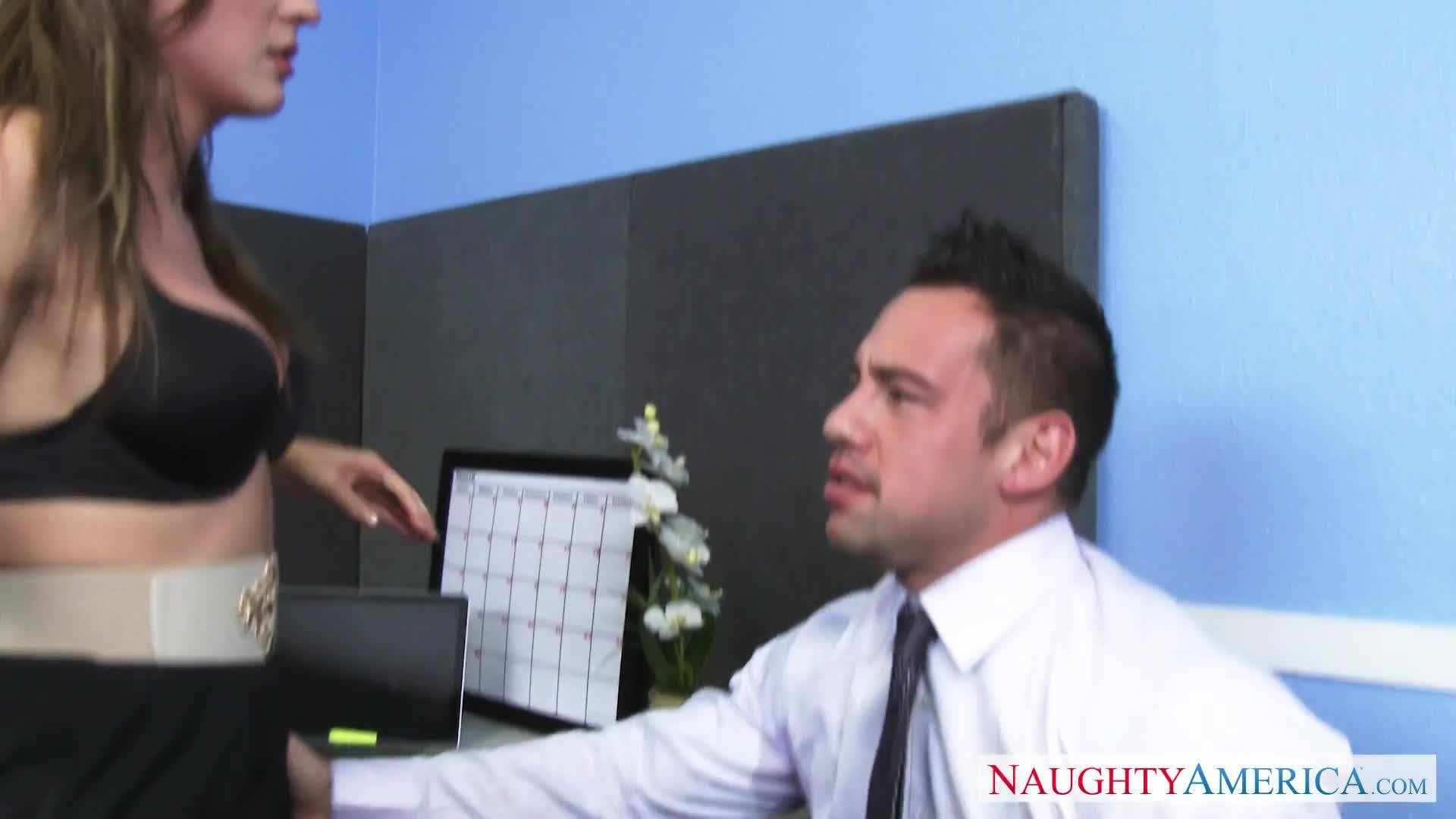 Сексапильная шлюха принимает широкий ствол в разгар рабочего дня