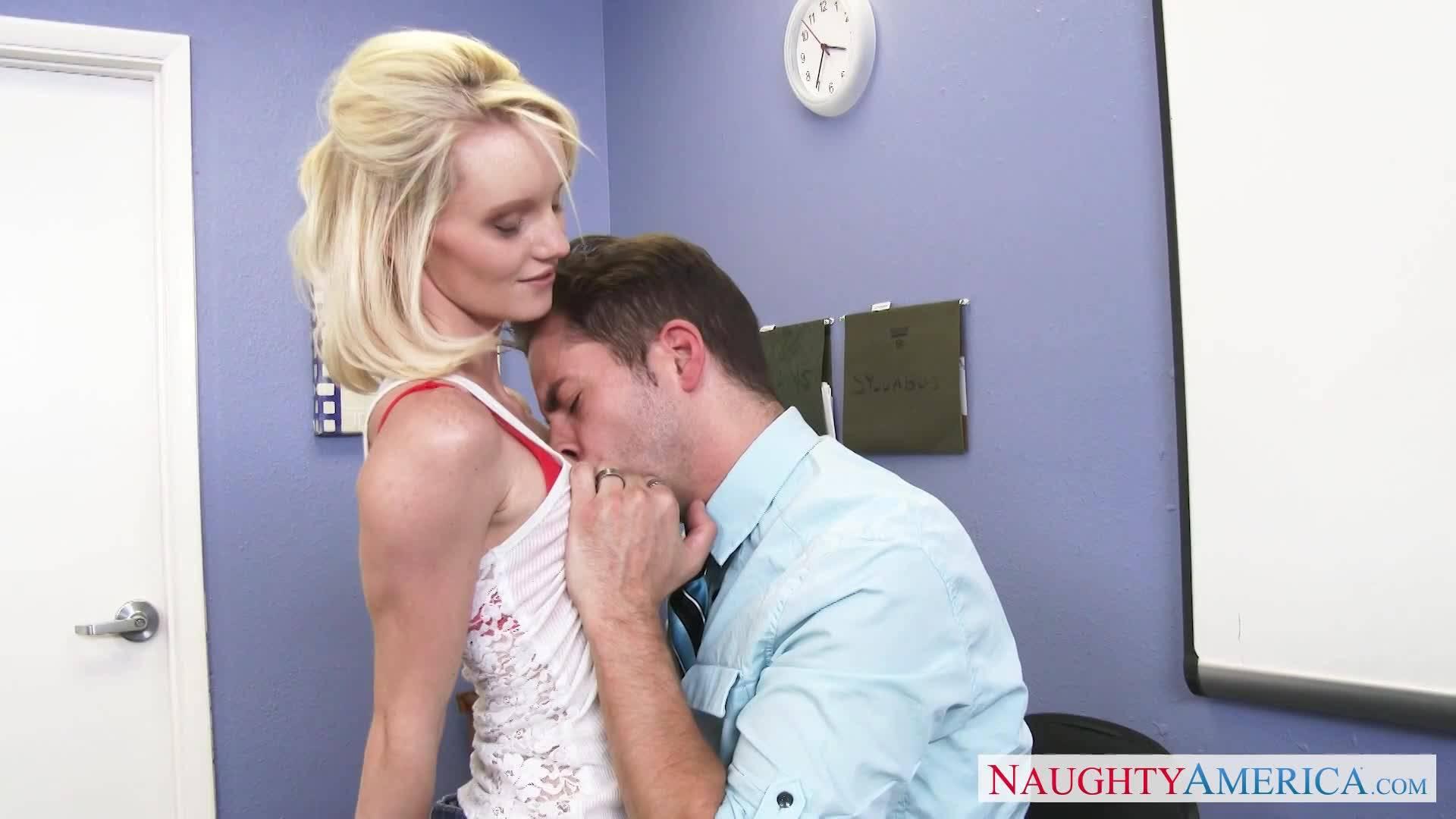 Белокурая студентка смело принимает толстый болт своего преподавателя