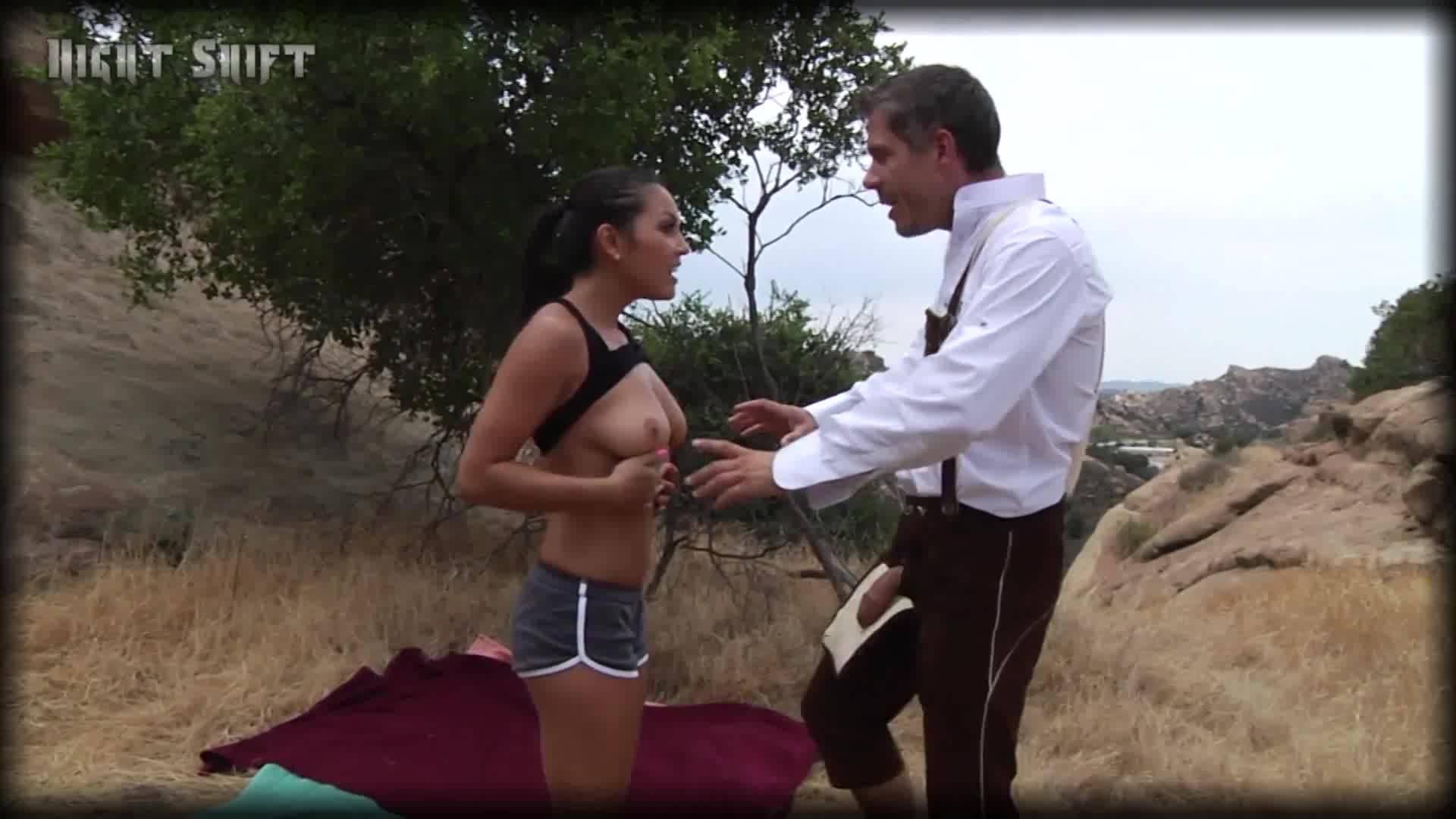 Турист горячо трахнул на природе местную девушку