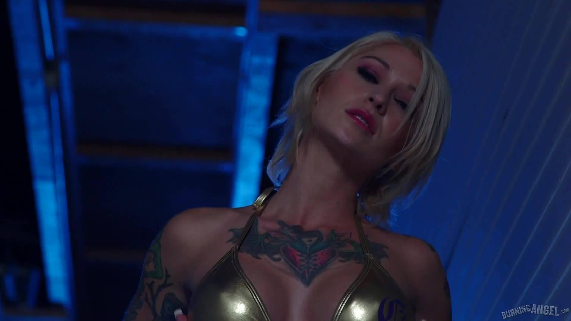 Большой черный член для татуированной блондинки