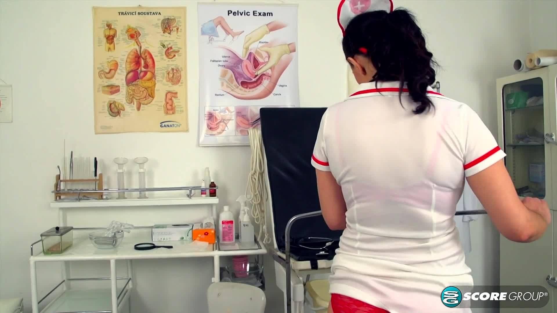 Медичка Ливия осматривает свою вагину
