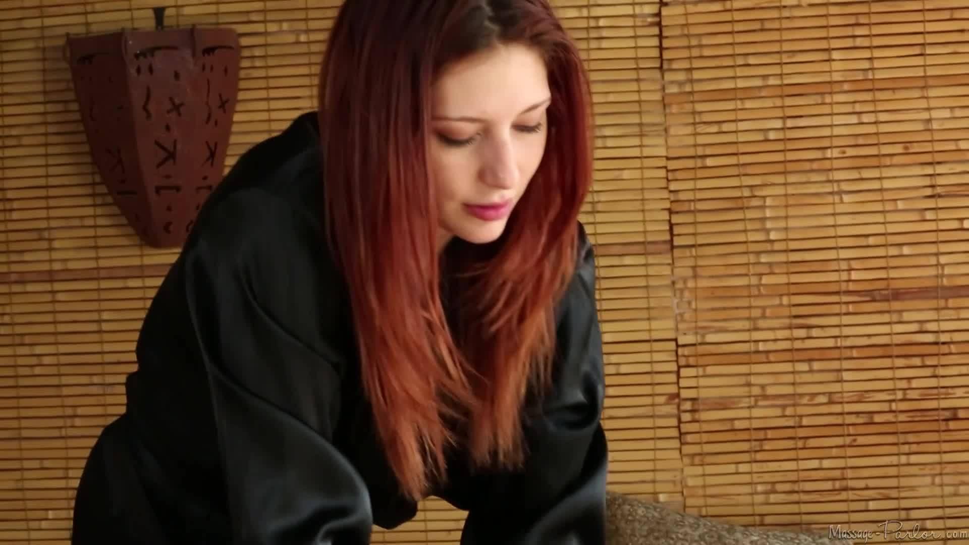 Рыжеволосая массажистка соснула член клиента