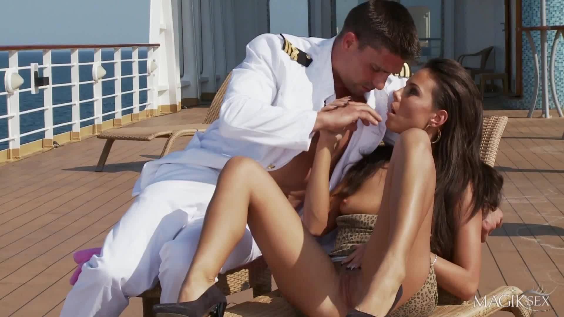 Жесткая ебля на палубе корабля с молоденьким капитаном