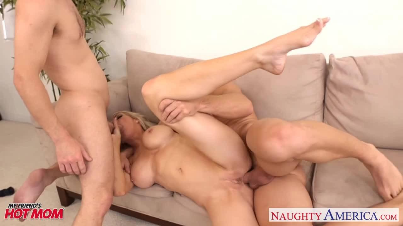 Блондинка с большими сиськами умело обслуживает двух горячих парней