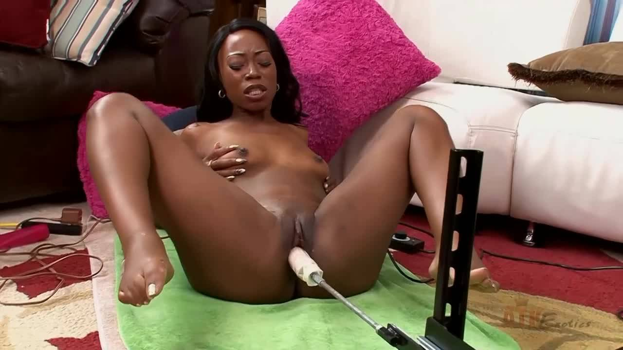 Негритоску оттрахала секс машина на полу