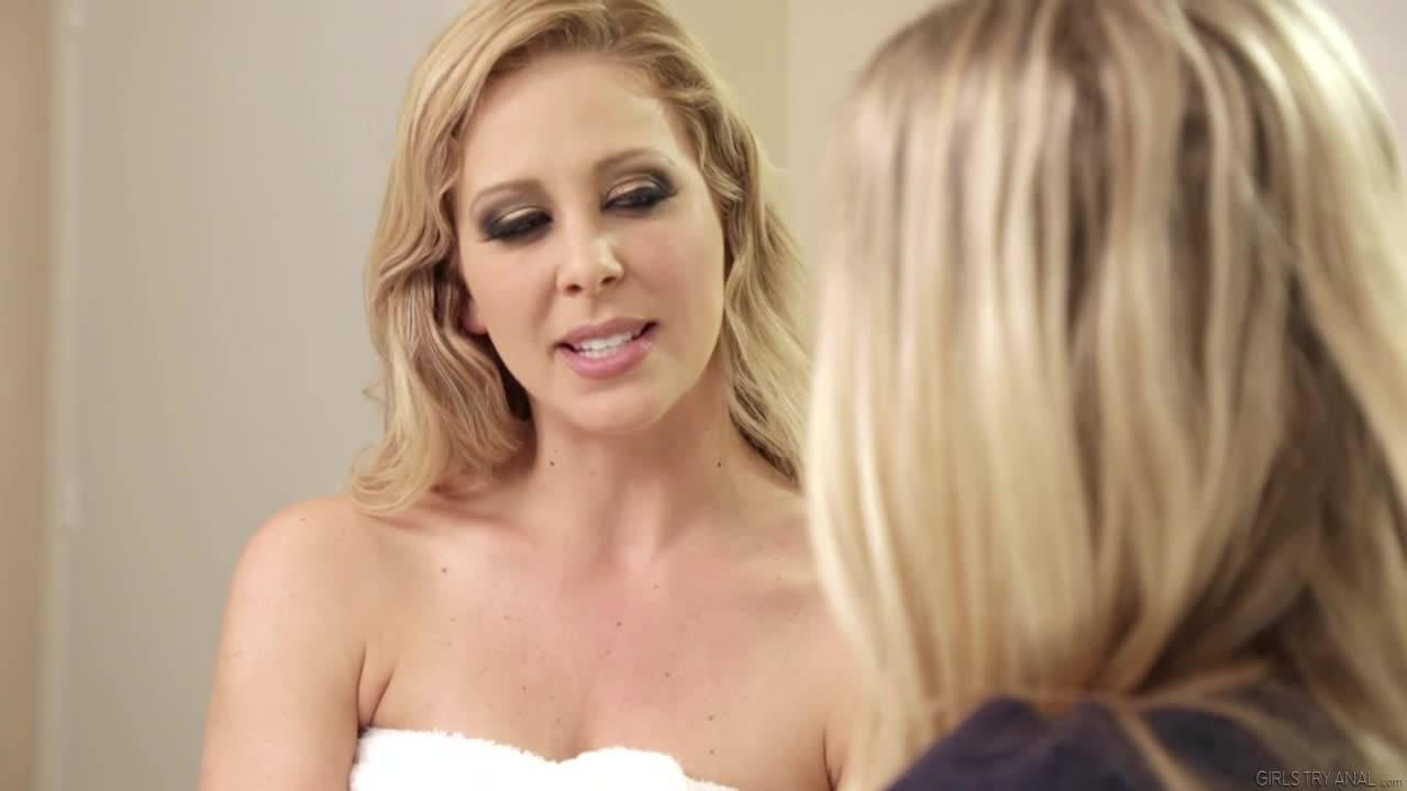 Две потрясающие блондинки занимаются любовью