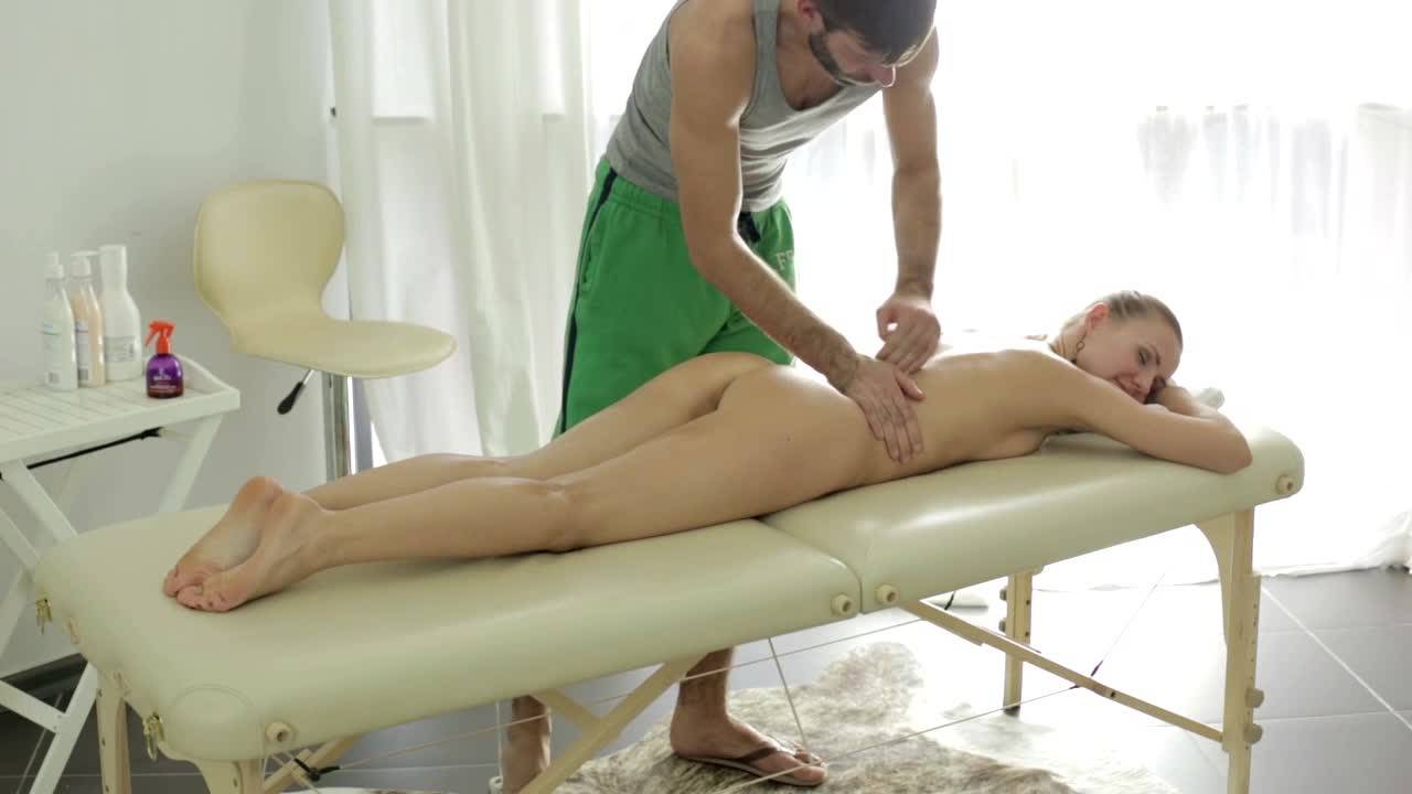 Мужик жарит свою клиентку на массажном столе
