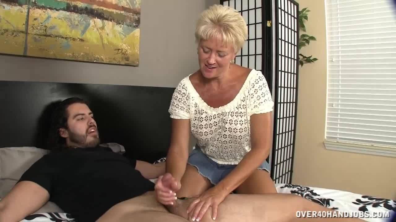Инцест! Похотливая мамаша дрочит своему сыну