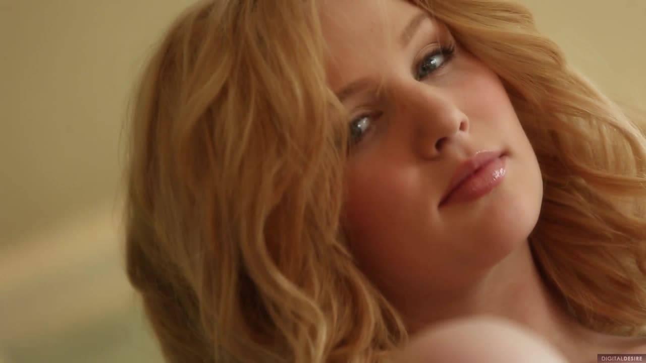 Сочная блондинка удовлетворяет себя с помощью нежных пальчиков