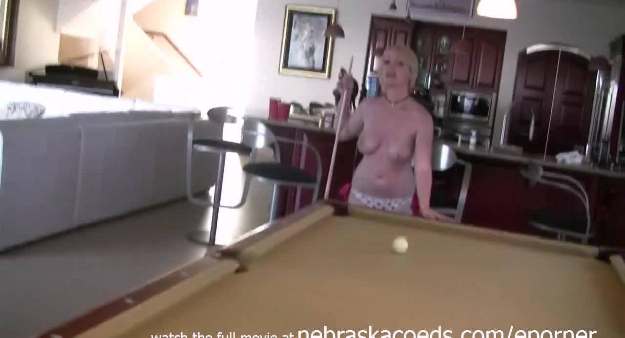 Горячие сучки развлекаются на бильярдном столе