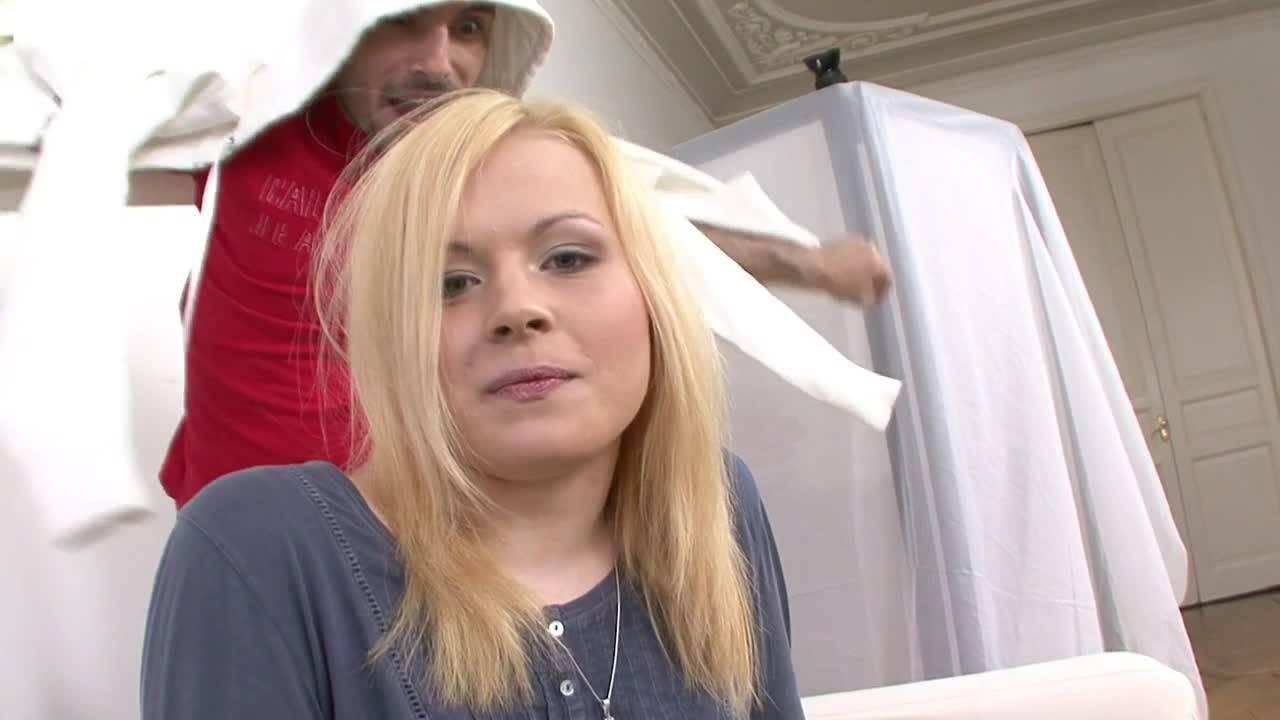 Блонда на кастинге отсосала член и трахнулась с мужиком