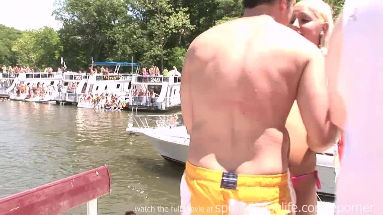 Развратные студентки устроили эротические танцы на воде