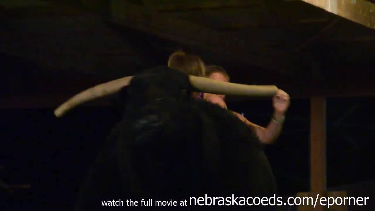 Пьяные шаболды забились с парнями кто дольше продержиться на быке .