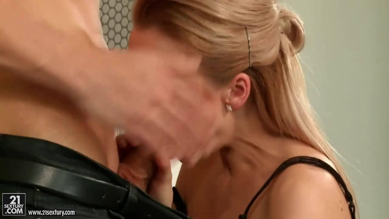 Мужик дрочит член о ножки блондинки, трахается с ней и заливает спермой