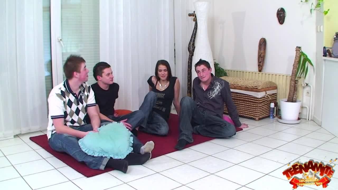 Молодые парни пришли в гости к своей подруге