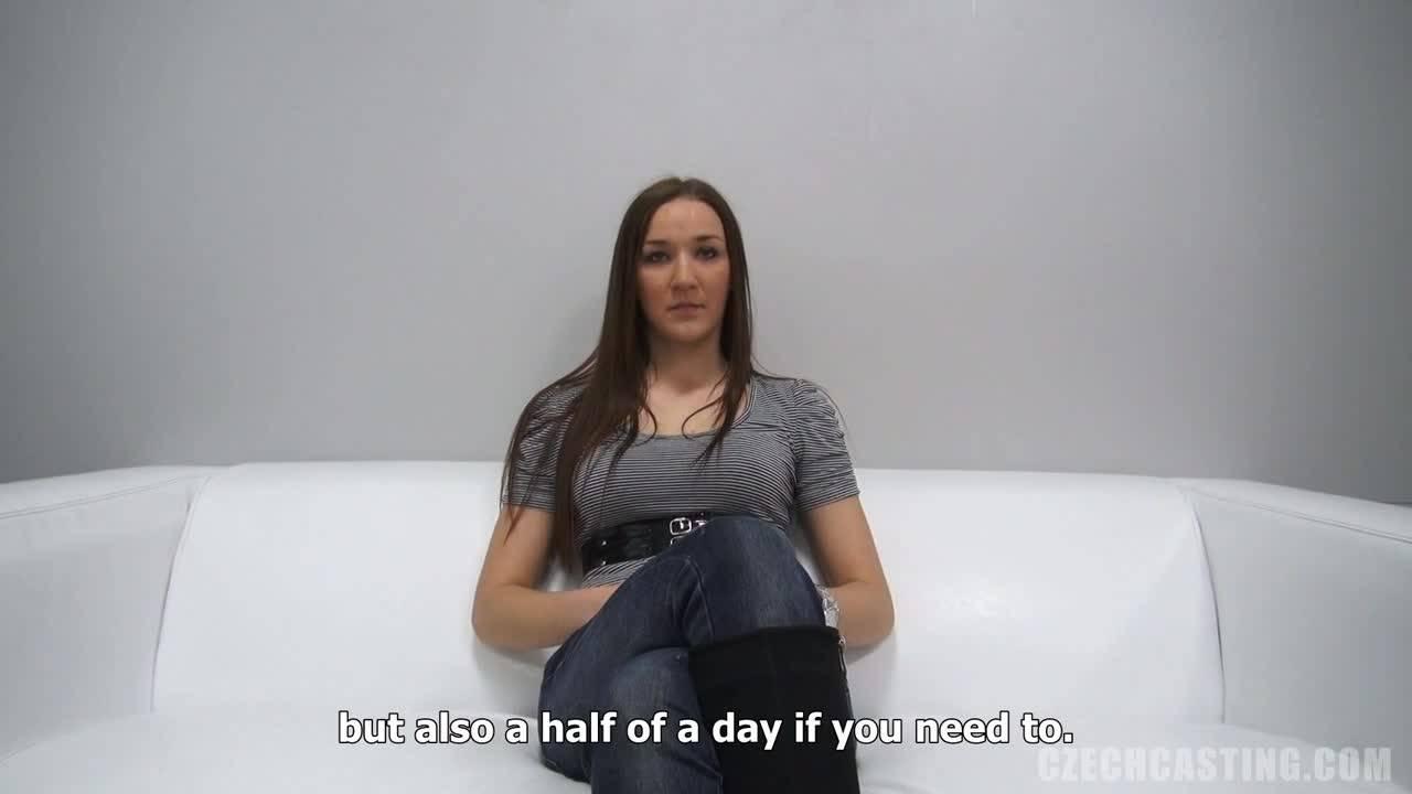 Скромная девушка трахается на порно кастинге