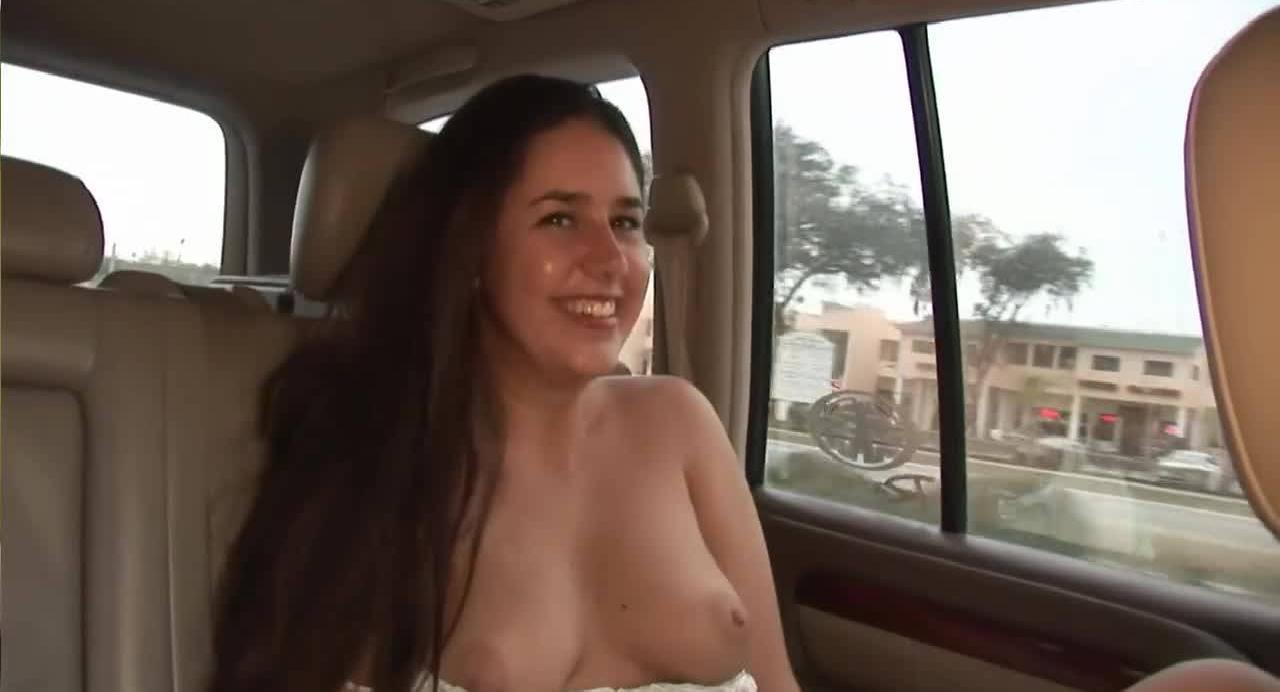 Развратная американка во время поездки в машине показывает свою киску
