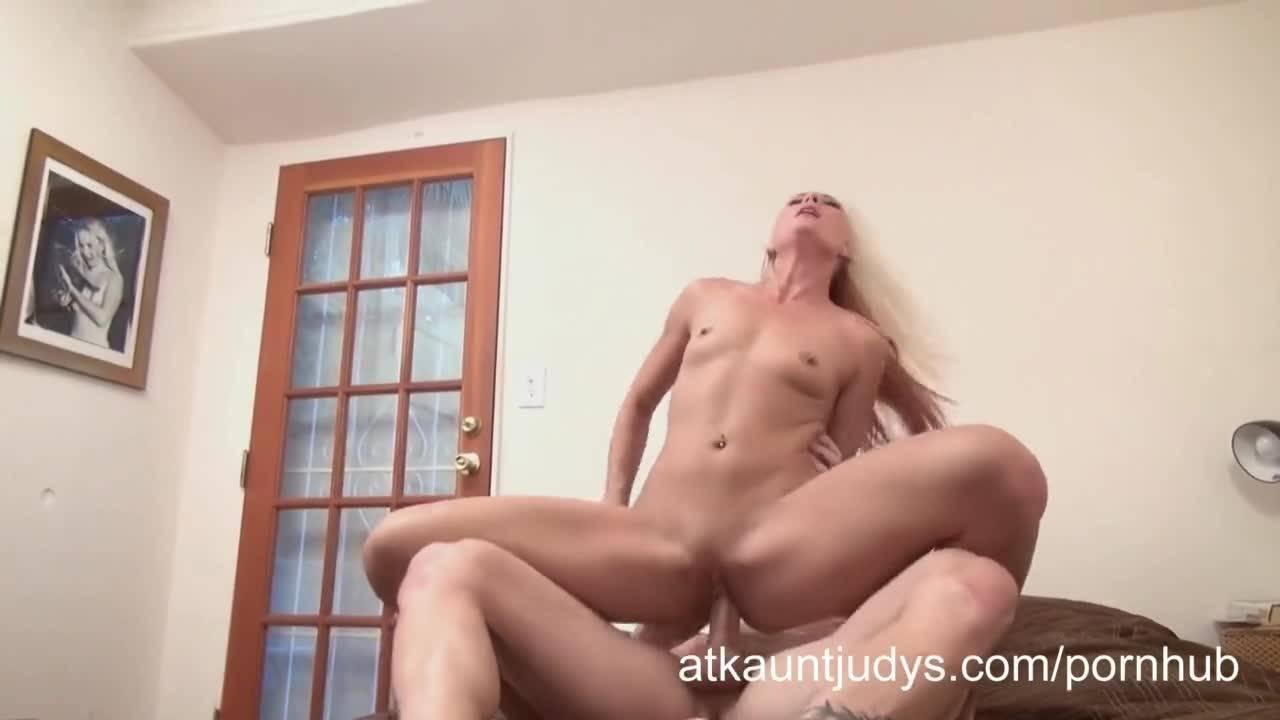 Сексуальная блондинка с радостью принимает сперму на свое милое лицо