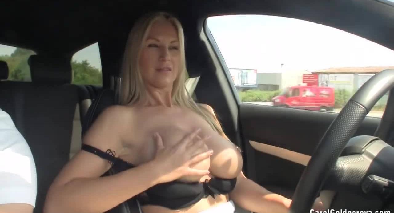 Блондинка с сочными дойками едет в машине