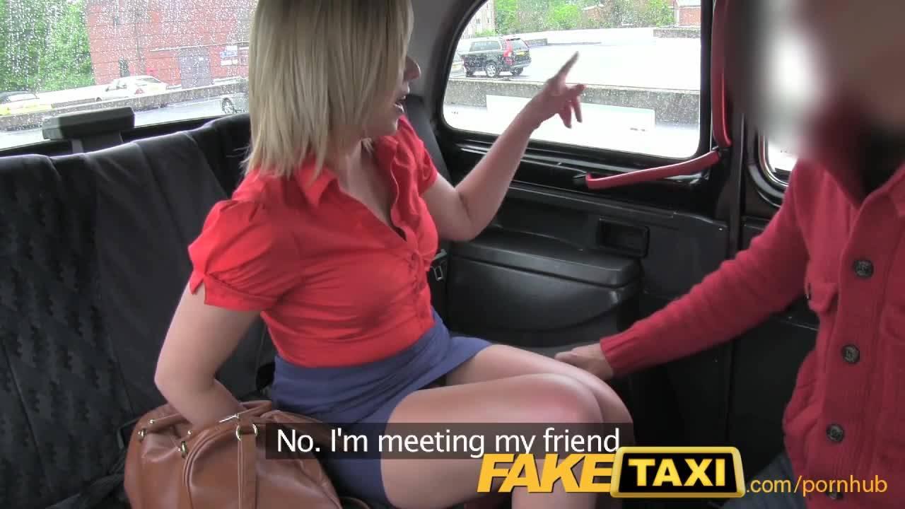 Секс красивой блондинки с мужественным таксистом в машине