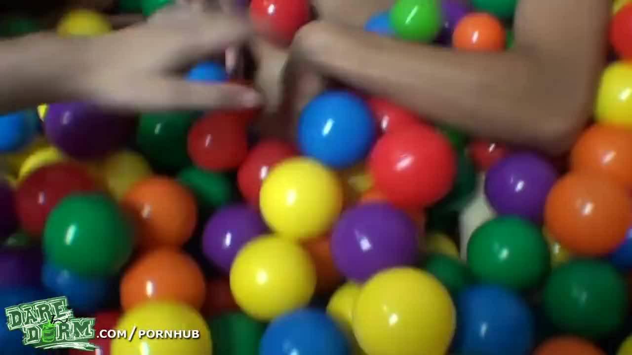 Эротические развлечения аниматоров на детской площадке