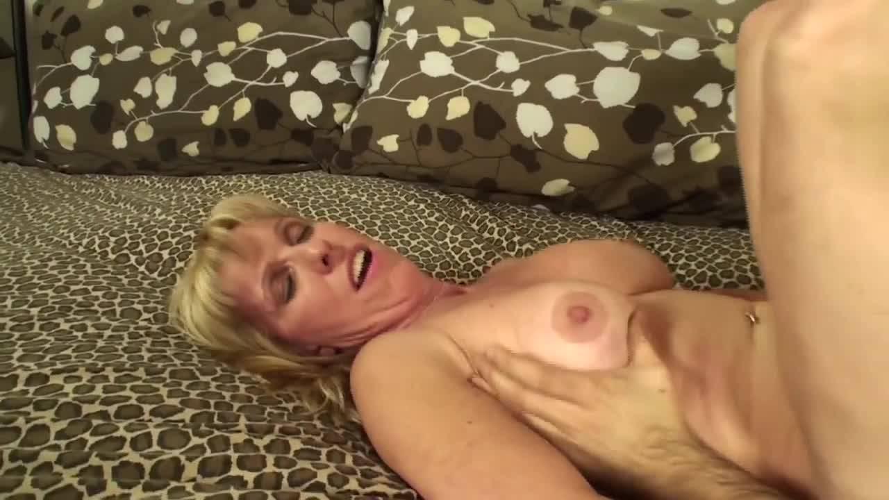 Друг сына трахает мамочку