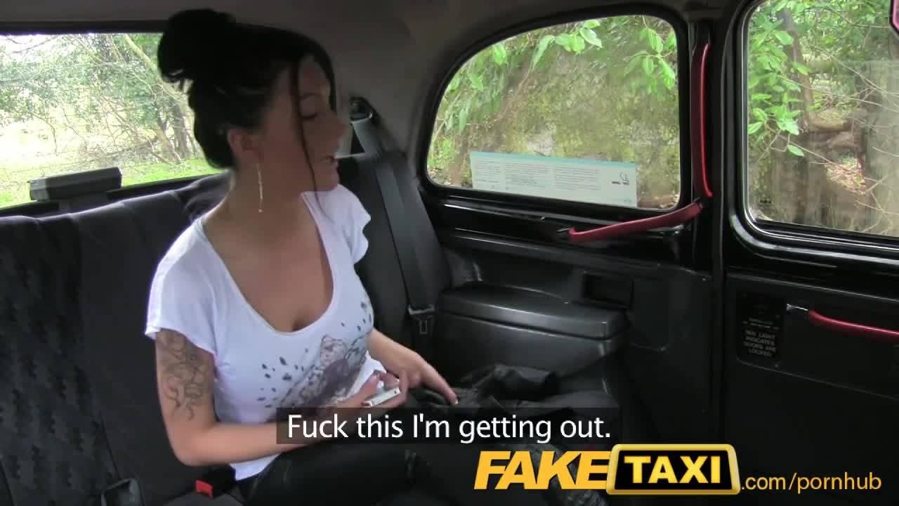 Водитель такси застал брюнетку заняться с ним сексом