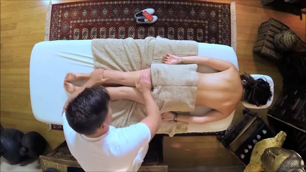 Молоденькая красотка изменила мужу на массаже