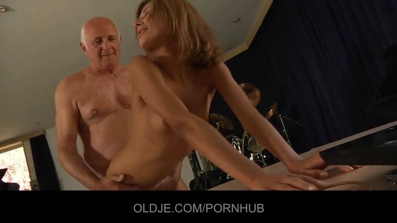 Старик трахает малолетку в музыкальной мастерской