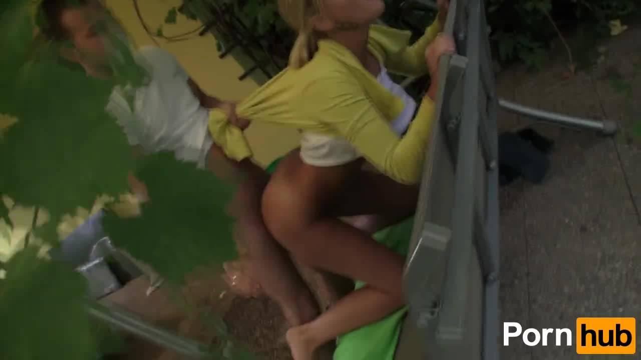 Блондинка подставила на качали свою попу и парень засадил в её свой член