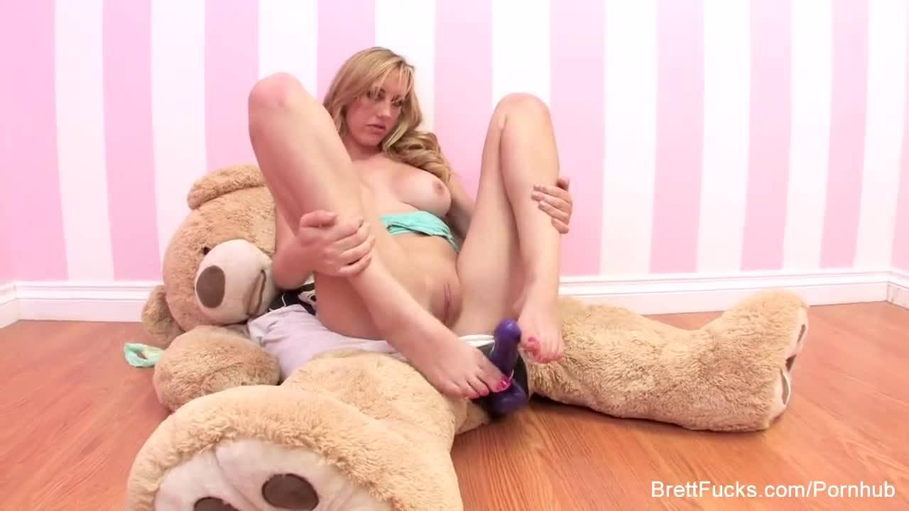 Плюшевый медведь со страпоном лучший друг девушки