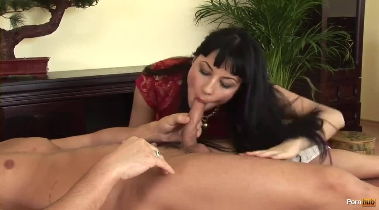 Брюнетка сделала парню массаж с страстным минетом