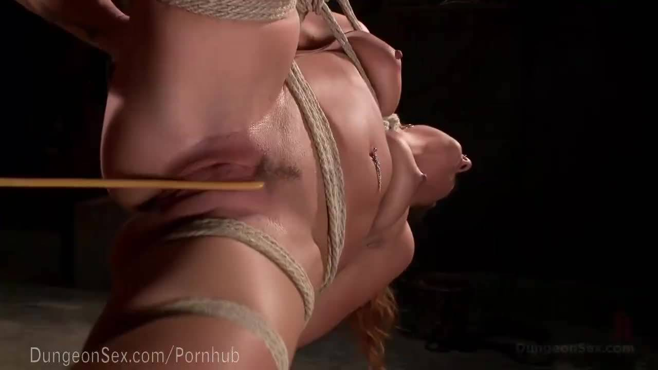 Господин ебет связанную рабыню во все щели и доводит до струйного оргазма