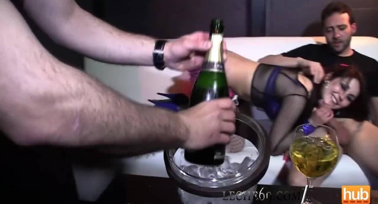 Выпил шампанского и отодрал девку в ванне