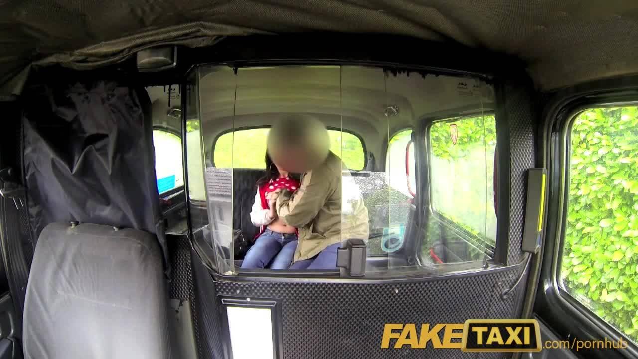 Молоденькая студентка рассчиталась за проезд в такси натурой