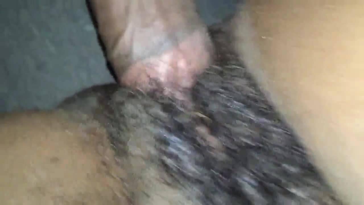 Черный парень имеет волосатую манду