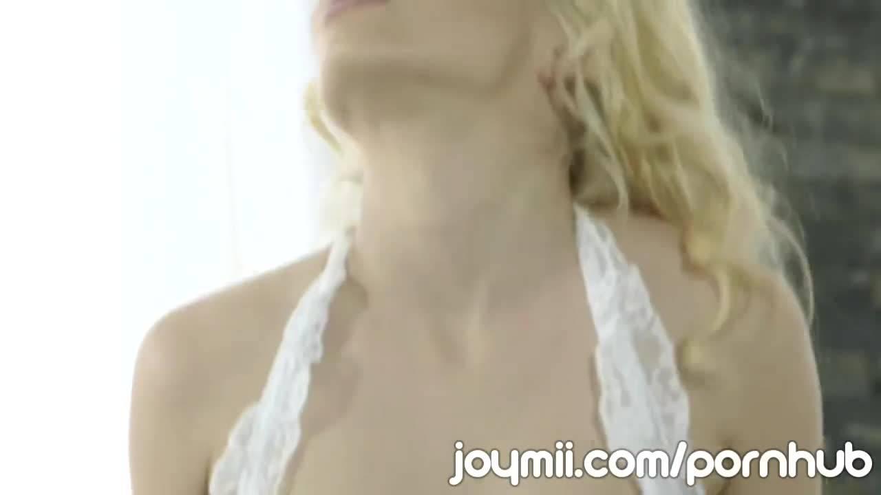 Бойфренд ебет красивую блондинку в рот и писечку