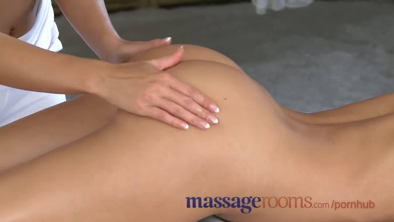 Чуткие руки массажистки знают как обращаться с женским телом